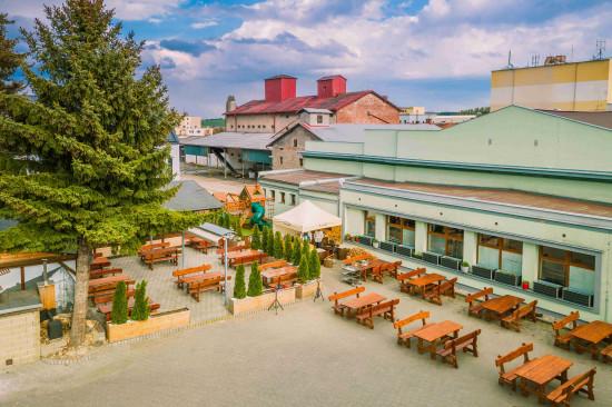 Prostorná venkovní restaurace